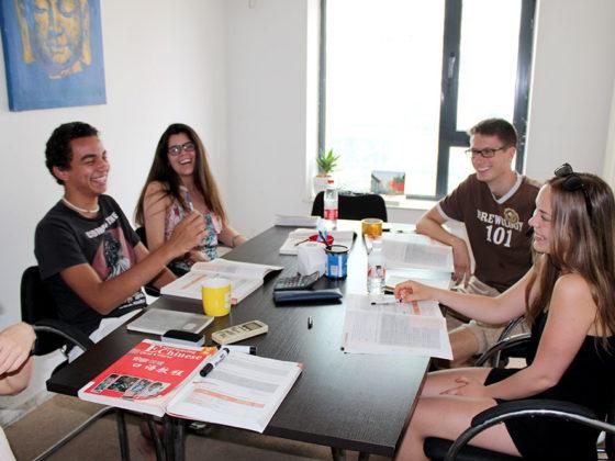 Ученики на уроке китайского